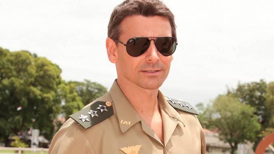 Murilo Rosa vive o capitão Elcio na novela Salve Jorge