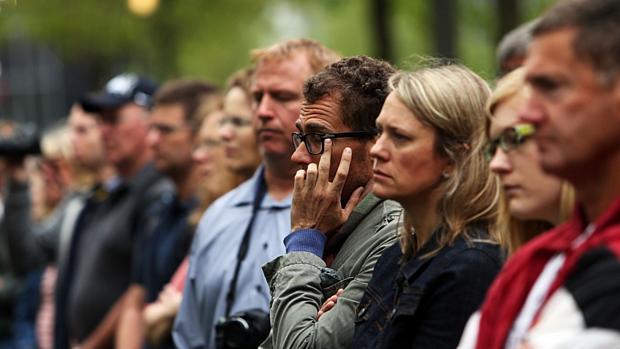 No Marco Zero, em Nova York, pessoas acompanham transmissão de cerimônia de inauguração do museu do 11 de setembro