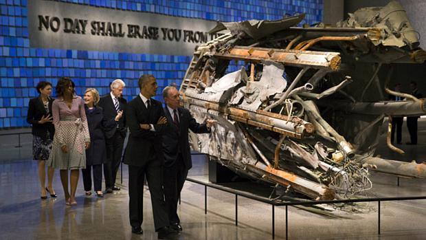 O presidente Barack Obama, o ex-prefeito de Nova York, Michael Bloomberg, a primeira-dama Michelle Obama, o ex-presidente Bill Clinton e sua mulher, a ex-secretária de Estado Hillay Clinton visitam o museu do 11 de setembro, em Nova York