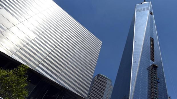 O prédio do Museu do 11 de setembro (esq), ao lado do novo World Trade Center, em Nova York