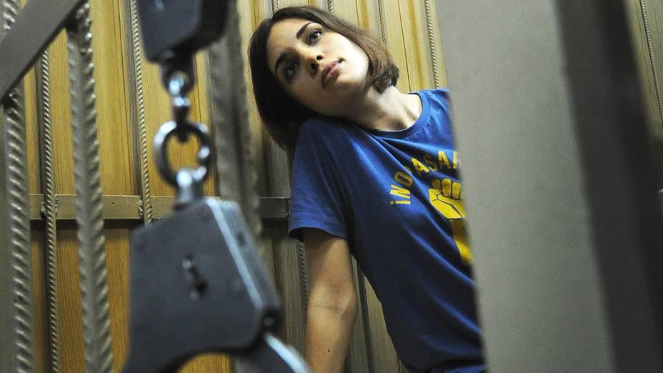 """Nadezhda Tolokonnikova, integrante da banda punk russa Pussy Riot, acompanha de dentro de uma jaula as audiências do caso em que as roqueiras são acusadas de """"vandalismo cometido por grupo organizado"""""""