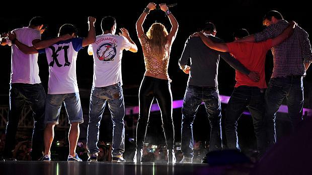 Namorado de Shakira, Piqué<em> (último à direita)</em> dançou no palco ao lado dos colegas de time