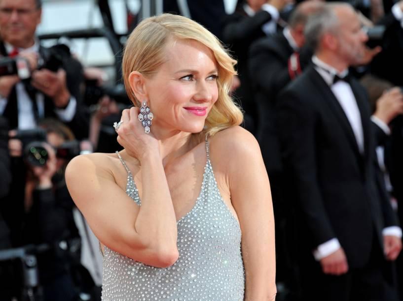 A atriz apostou em maquiagem leve, somente com a boca mais marcada com um batom rosa, e brincos geométricos da marca Bulgari