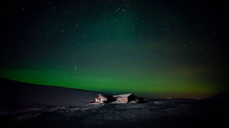 <p>Aurora boreal que ilumina o céu de Finnmark, condado ao norte da Noruega</p>