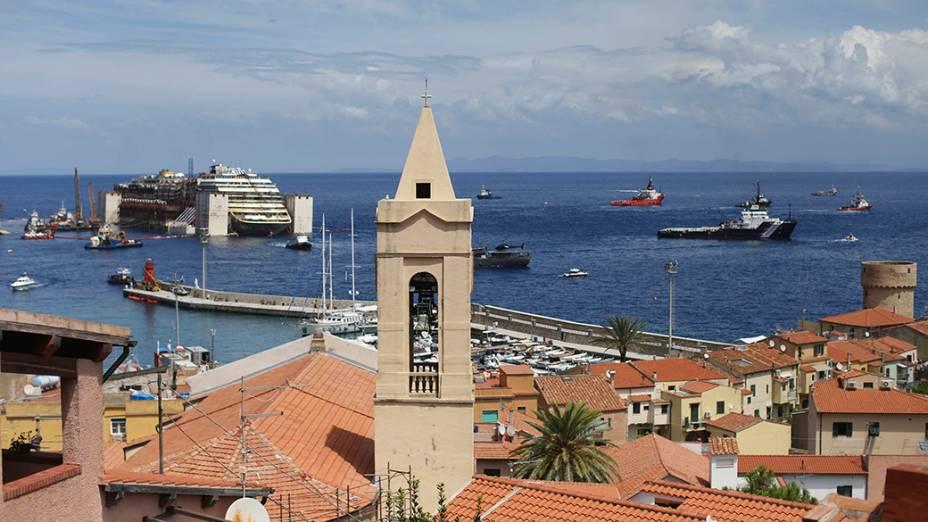 Restos do navio de cruzeiro Costa Concordia,  são vistos do porto de Giglio, na Itália. o acidente ocorrido em 2012 deixou 32 mortos