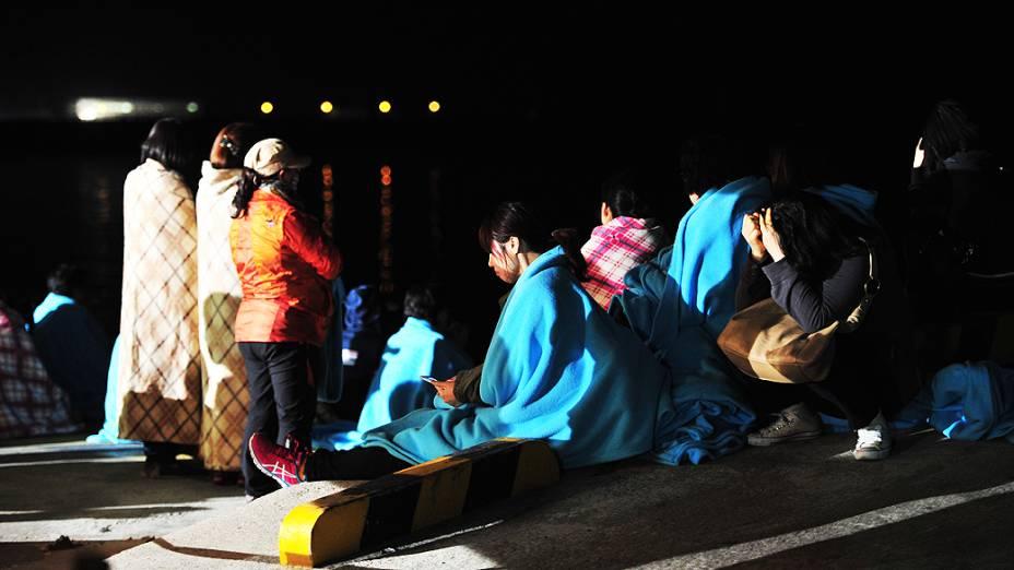 Familiares de passageiros aguardam notícias após naufrágio de uma balsa com 475 na Coreia do Sul, nesta quarta-feira (16)