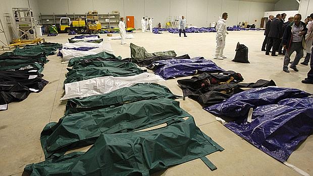 Corpos encontrados após naufrágio são levados a hangar no aeroporto de Lampedusa