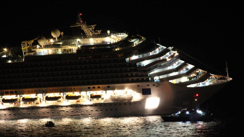 Transatlântico Costa Concordia começa a naufragar, em frente à ilha de Giglio, na Itália- 14/01/2012