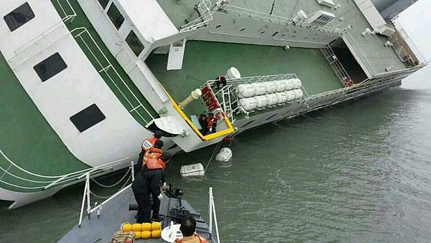 Barco de resgate se aproxima de navio que naufragou
