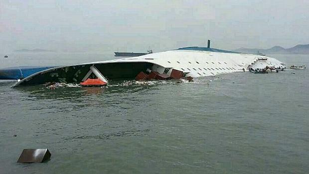 Horas após início do naufrágio, embarcação estava quase completamente submersa