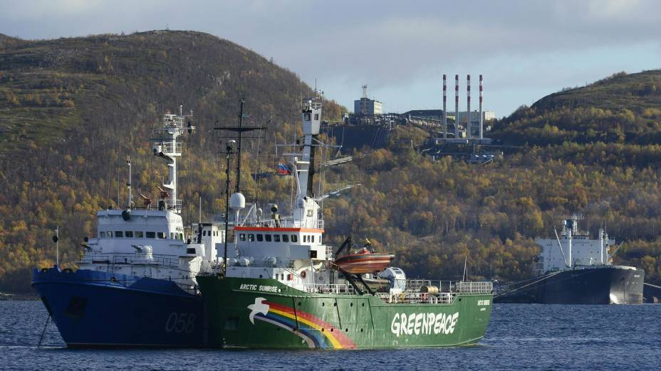 Navio do Greenpeace é visto ancorado na cidade portuária de Murmansk, na Rússia