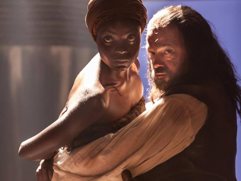 Luena (Nayara Justino) é estuprada por Osório (Jayme Periard) no navio que a traz para o Brasil e engravida de Juliana (Gabriela Moreyra) em Escrava Mãe