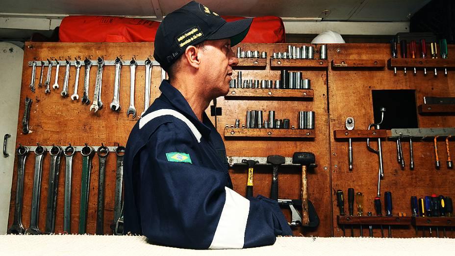 Mecânico na sala de operação do navio Alpha Crucis