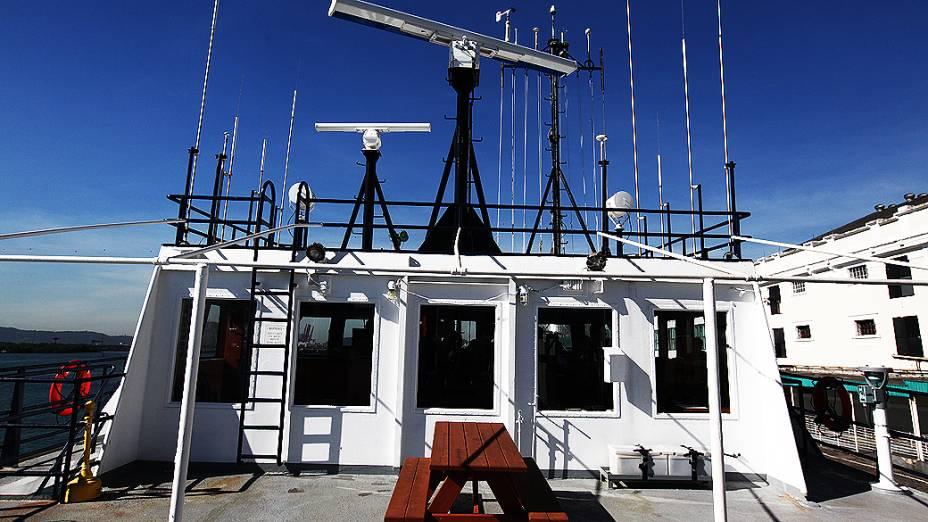 O Alpha Crucis conta com uma estação completa de meteorologia, antenas de rádio e de GPS
