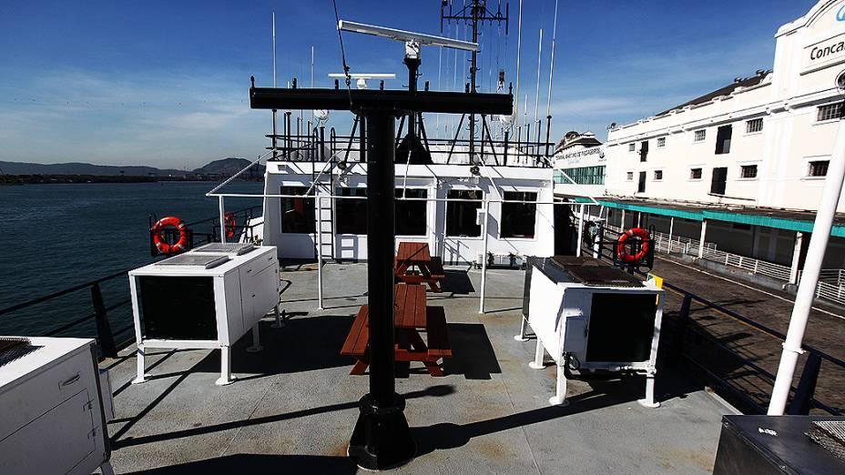 Deck de lazer do navio Alpha Crucis. Aqui, tripulantes e pesquisadores podem realizar refeições e churrascos