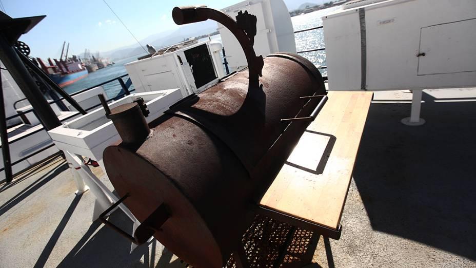 Churrasqueira no deck do navio Alpha Crucis