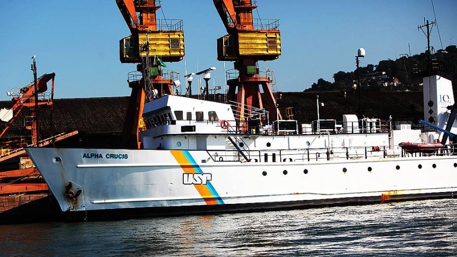 Vista geral do navio, no Porto de Santos