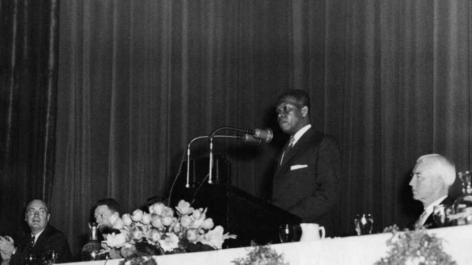 1960 - Nelson Mandela, durante conferência na África do Sul