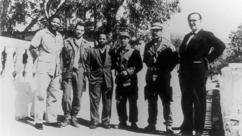 1962 - Nelson Mandela (à esquerda), líder do Congresso Nacional Africano, partido que lutou pelo fim do apartheid na África do Sul, com os comandantes do exército da Argélia