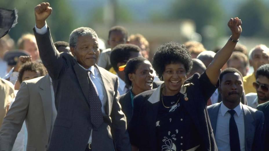 1990 - Nelson Mandela, após sair da prisão com a sua esposa Winnie