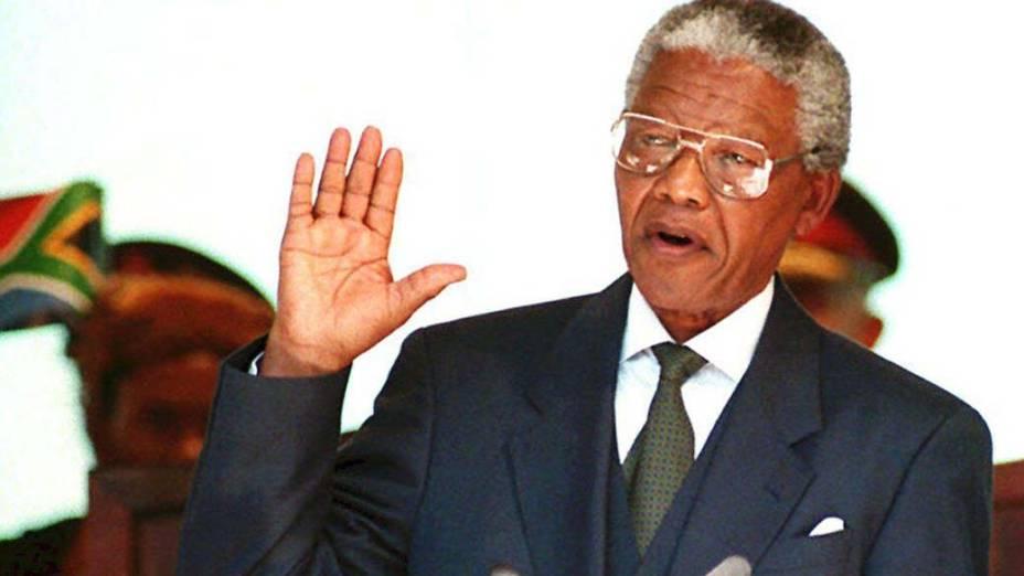 1994 - Nelson Mandela faz juramento durante sua posse como primeiro presidente negro da África do Sul no Edifício União, em Pretória