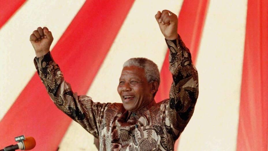 1996 - Nelson Mandela em um comício perto de Durban na África do Sul, onde foi preso em 1962