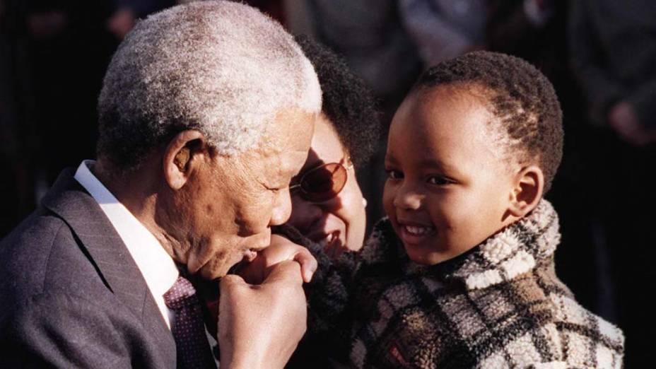 1998 - Nelson Mandela beija criança durante cerimônia de boas vindas em Ottawa, Canadá