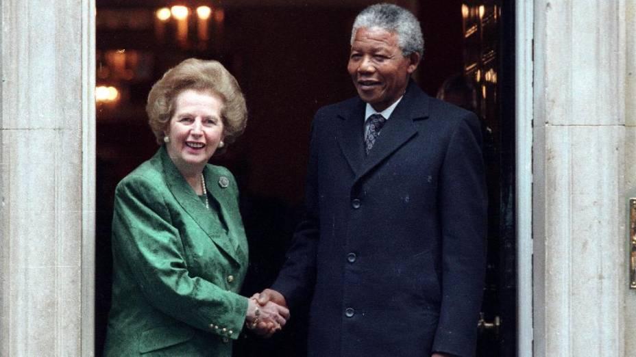 Nelson Mandela é recebido pela então primeira-ministra britânica, Margaret Thatcher, em julho de 1990