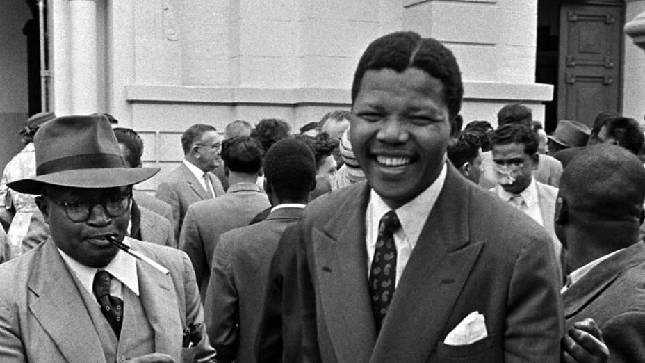 1958 - Nelson Mandela ao sair de um tribunal de Pretória, África do Sul