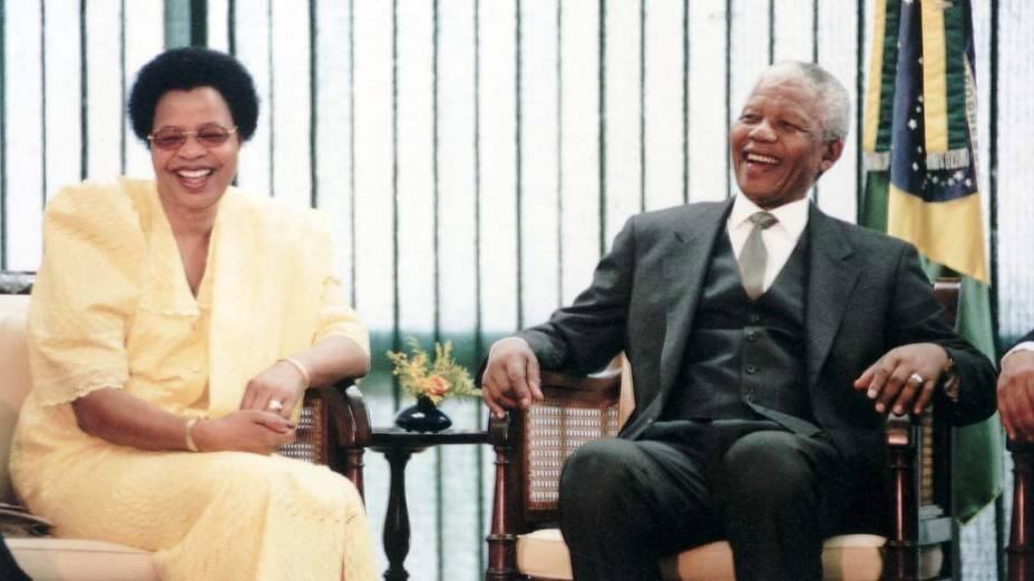 1998 - Nelson Mandela com sua esposa Graça Machel, no Palácio do Planalto, em Brasília