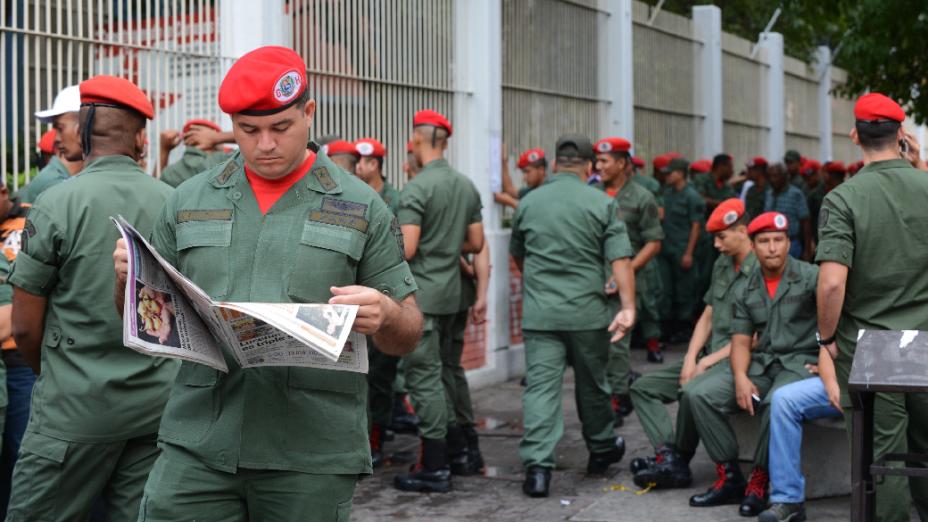 Neste domingo, dia de eleições presidenciais na Venezuela, homens da Guarda Presidencial do lado de fora de colégio eleitoral em Caracas
