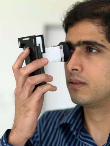 Ankit Mohan, um dos integrantes da equipe de Pamplona, demonstra o funcionamento do PerfectSight. O usuário posiciona o dispositivo junto ao olho e, utilizando o teclado do telefone, alinha os padrões exibidos na tela. Esse alinhamento proporciona as informações necessárias para determinar a prescrição.