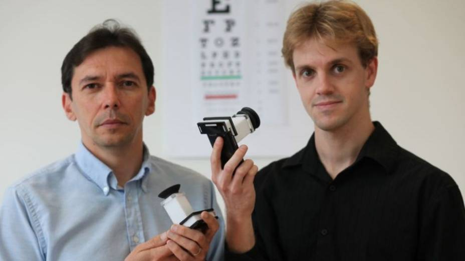 Manuel Menezes, professor visitante do MIT e Vitor Pamplona demonstram o PerfectSight.