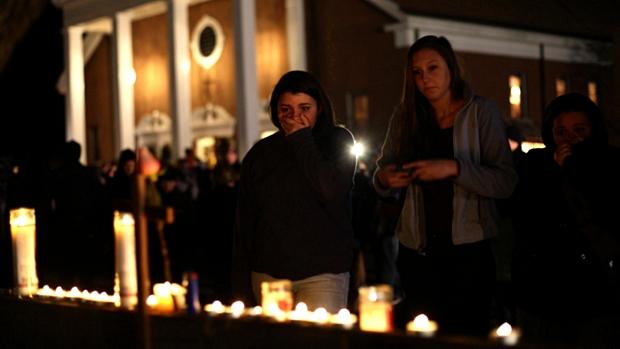 Americanos rezam na igreja St. Rose of Lima. Massacre em escola deixou vinte crianças mortas