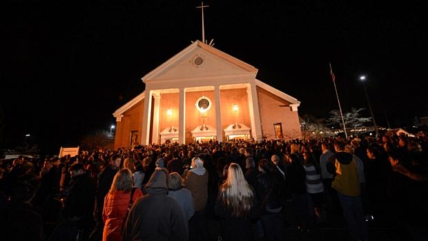 Multidão comparece à igreja de Newtown para rezar pelas vítimas do massacre em escola