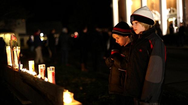 Habitantes da pequena cidade de Newtown realizam vigília pelos mortos na escola primária Sandy Hook