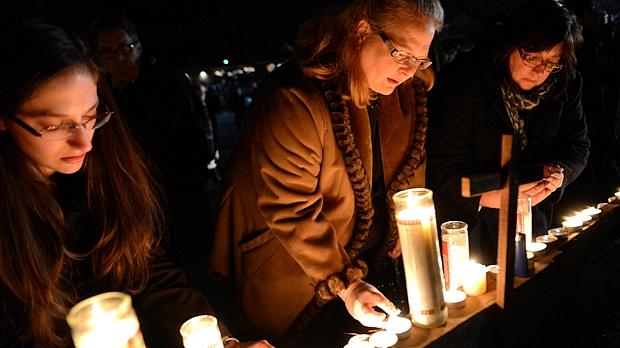 Habitantes de Newtown rezam pelas vítimas do ataque em escola primária