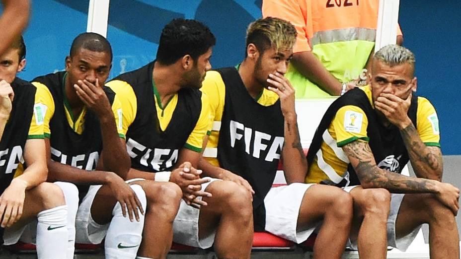 Neymar conversa com Daniel Alves no jogo contra a Holanda no Mané Garrincha, em Brasília