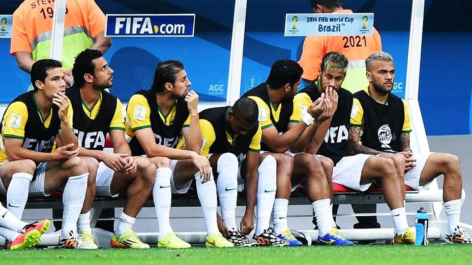 Jogadores do Brasil no banco de reservas no jogo contra a Holanda no Mané Garrincha, em Brasília