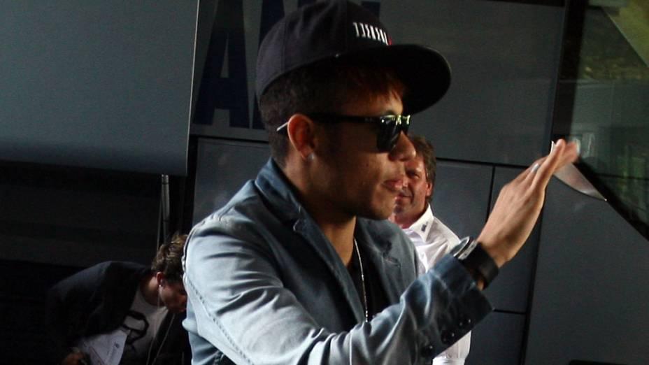 Neymar chega ao hotel em Basel, na Suíça