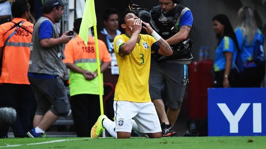 Thiago Silva comemora de joelhos gol do Brasil contra a Colômbia no Castelão, em Fortaleza