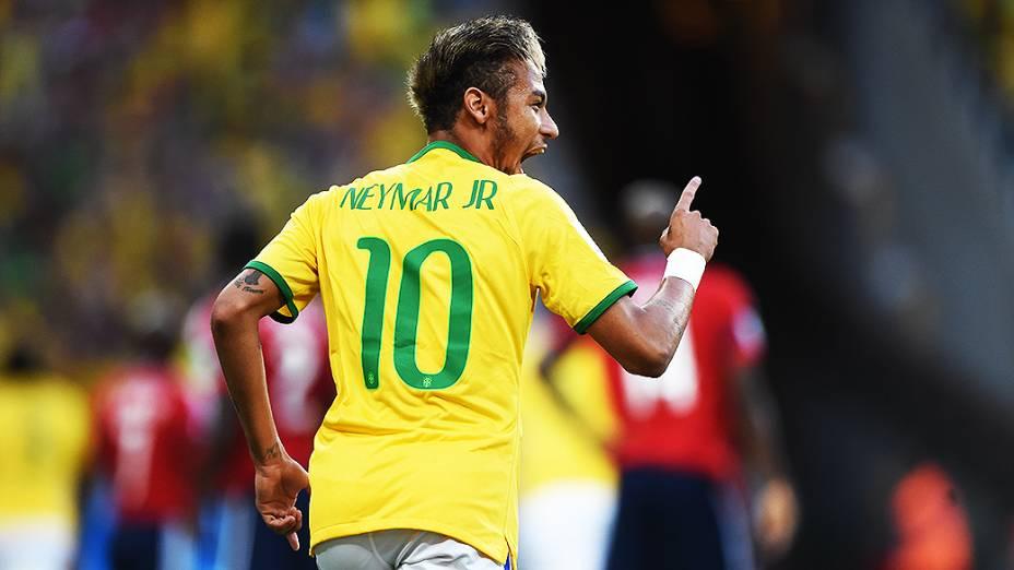 Neymar comemora gol do Brasil marcado por Thiago Silva contra a Colômbia no Castelão, em Fortaleza