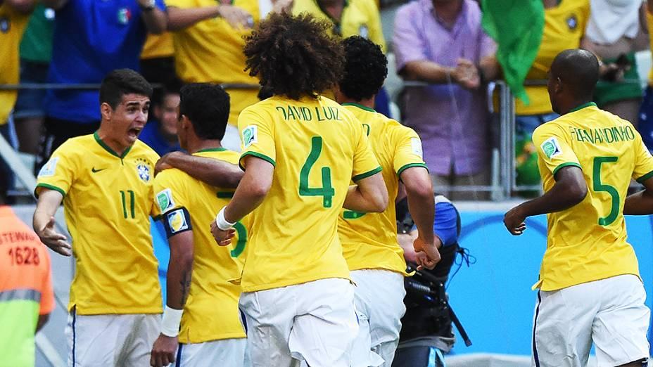 Jogadores do Brasil comemoram gol contra a Colômbia no Castelão, em Fortaleza