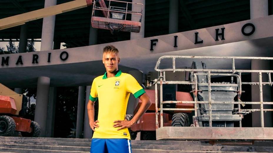 Neymar posa com a nova camisa da seleção diante do Estádio do Maracanã, ainda em obras