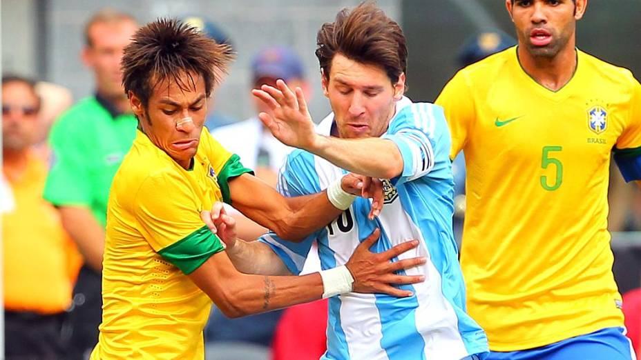 Neymar e Messi dividem bola durante clássico vencido pela Argentina por 4 a 3, nos EUA