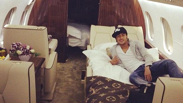 Neymar no jatinho que o trouxe para o Brasil