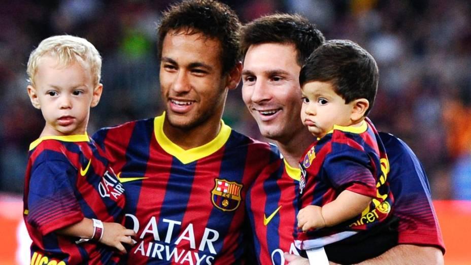 Neymar e Messi entram no gramado do Camp Nou com os filhos, Davi Lucca e Thiago