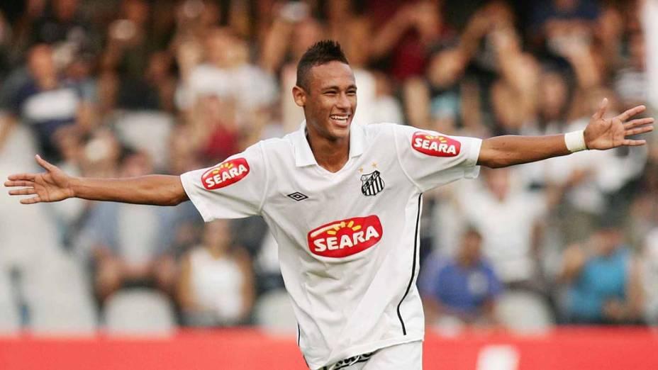 Neymar, atacante do Santos, comemorando o gol contra o Ceará, pelo Campeonato Brasileiro de Futebol 2010, no Estádio da Vila Belmiro