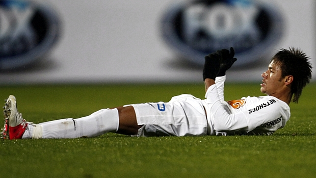 Neymar lamenta pênalti desperdiçado no empate em 0 a 0 entre Santos e Universidad