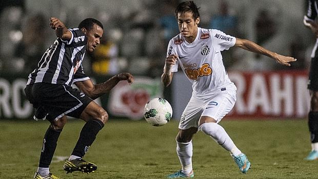 Neymar fez mais um belo gol com a camisa do Santos: partiu do meio-campo, passou pela defesa e, após entrar na área, tocou rasteiro para o fundo da rede